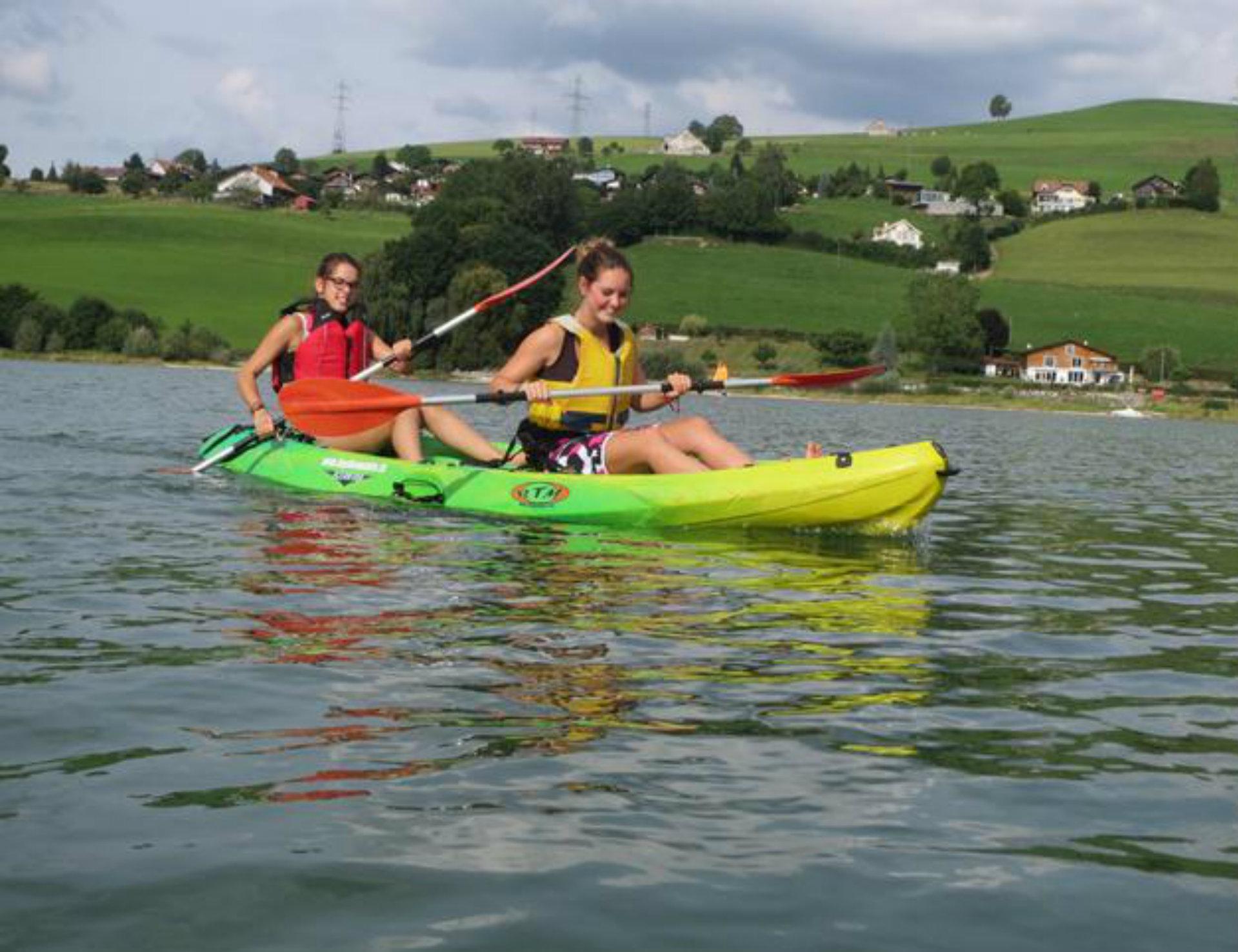 Kayak sur le lac de la Gruyère
