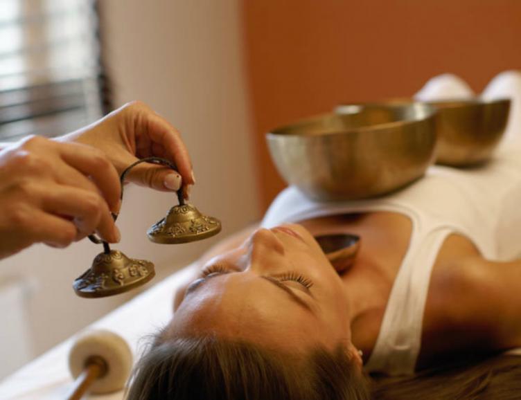 Massage sonore avec des bols tibetains