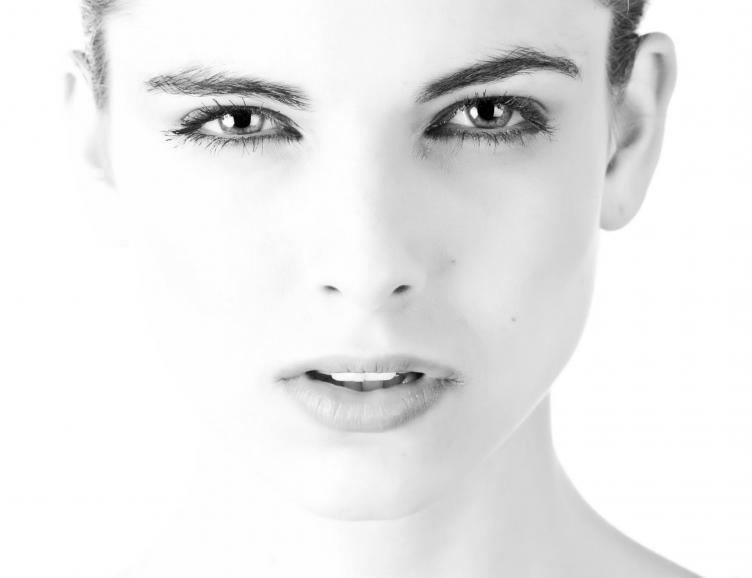 Trait d'eyeliner permanent au-dessus de l'oeil