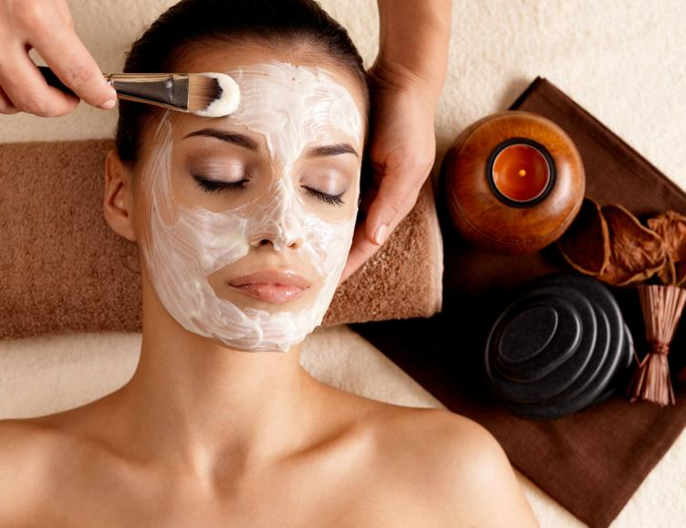 Soin du visage anti-âge et massage du dos