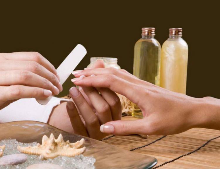 Soin des mains avec massage et pose de vernis