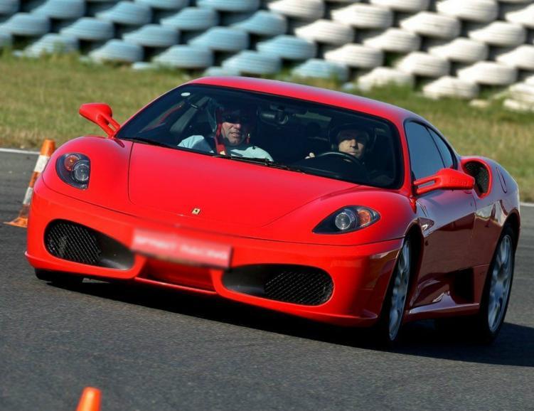 5 tours sur circuit en BMW et 3 tours en Ferrari